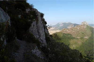 Primer plano de Peñalta, la sierra de Toloño al fondo