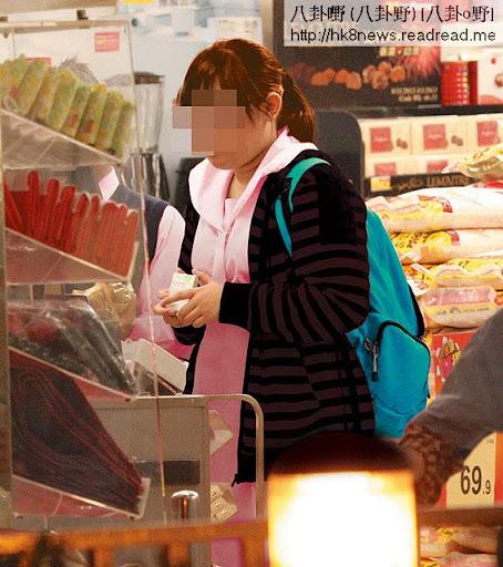 日間 winnie遠離微信,回復天真的中四學生,補課至黃昏,然後到超市買零食便回家。