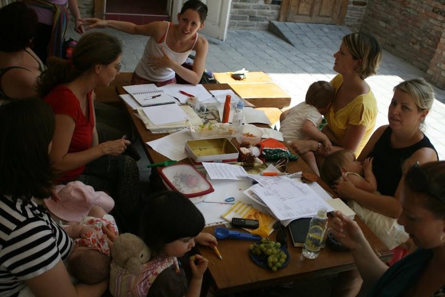 Így dolgozik az Ölbebaba: sok papír és sok baba
