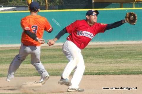 Javier González de Yaquis y Nelson Villarreal de Cerveceros en el beisbol municipal