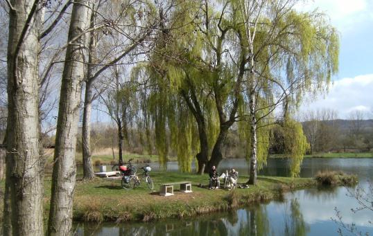 Miri und Sebastian bei einer Pause an einem kleinen See (51.113542, 9.384427) zwischen Niedermöllrich und Lohre, Eder-Radweg