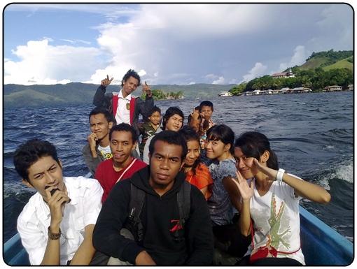 Naik Perahu Keliling Danau Sentani