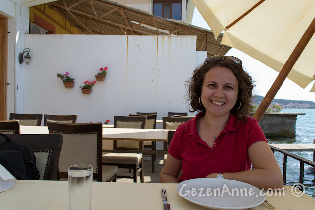 Ayvalık'taki Deniz Kestanesi restoranında deniz kenarında otururken