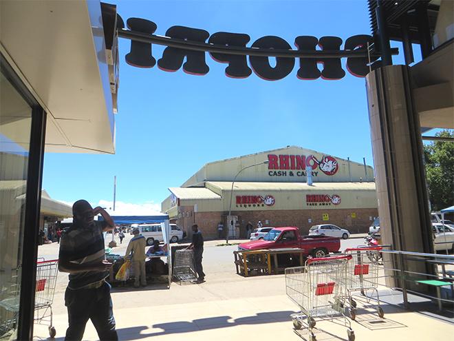 uitkijkend op de straat vanaf Shoprite winkelcentrum, Kokstad - East Cape, Zuid Afrika
