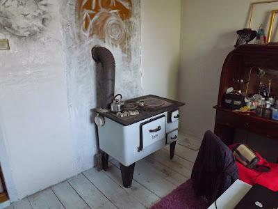 pracownia workshop panorama lesage moje miejsce poja pasja organizacja pracy w pracowni artystycznej wygodnie stary piec drewniana podłoga biała pogłoga stojaki na biżuterię Darłowo