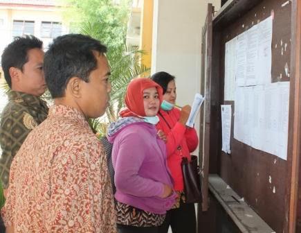 Peserta tenaga honorer K2 melihat langsung pengumuman di BKD Ngawi
