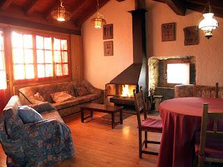 Salón con chimenea,situado en la buhardilla de la casa