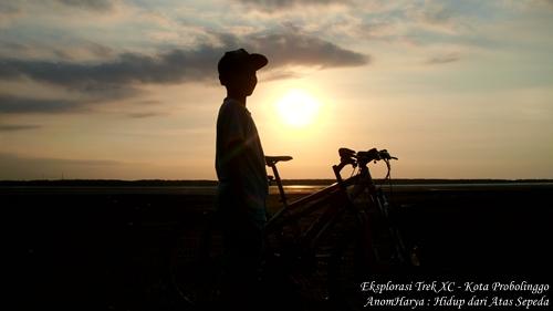Ini adalah gambar adik yang saya ambil bayangannya ketika matahari akan terbenam. Sungguh momen yang tak akan terlupakan :)
