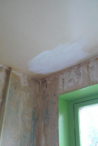 сколько раз красить потолок