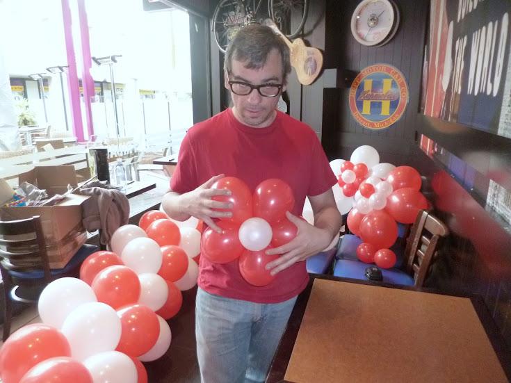 como-hacer-decoracion-flor-globos-06