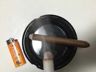 偽タバコは煙が出ます。