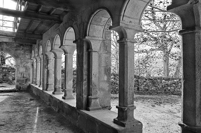 Claustro romanico en restauración, blanco y negro muy contrastado
