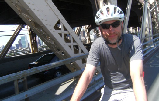 Chris on the Bike auf der Queensborough Bridge vor Manhattan, New York City, USA
