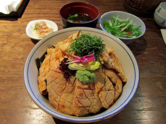 鳥わさ丼には、味噌汁、水菜サラダ、冷奴つきです