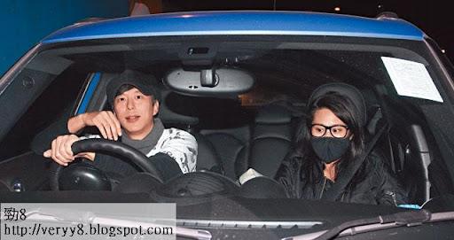 上周一晚 9時許,鄧健泓從荃灣寓所駕車出來,身旁坐了戴上黑口罩的張嘉兒,兩人見記者拍照顯得驚惶失措。鄧健泓一度用手遮面;張嘉兒一臉尷尬,眼神閃縮,唔知望去邊好。