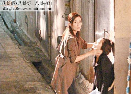 《仁心解碼2》楊怡用雙手叉李綺雯頸部,兩人七情上面。