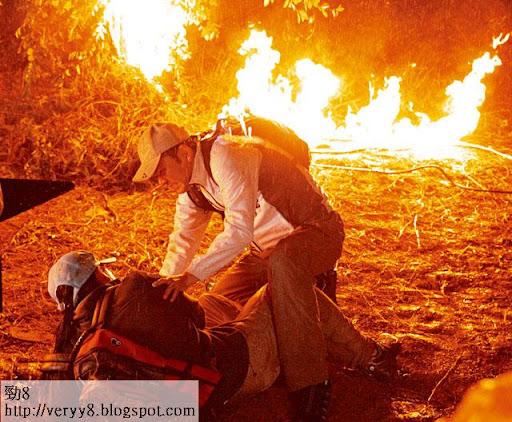 火燒後欄 <br><br>獲王維基重金禮聘拍劇的林文龍,投桃報李親自上陣拍火場戲,背包完全著火,搏曬老命。