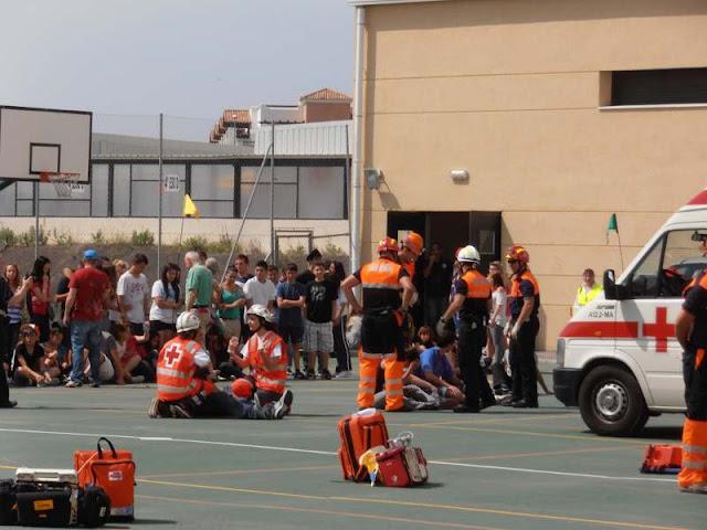 Asistiendo a los pacientes menos graves en el patio del instituto mientras esperan a ser llevados al puesto sanitario...