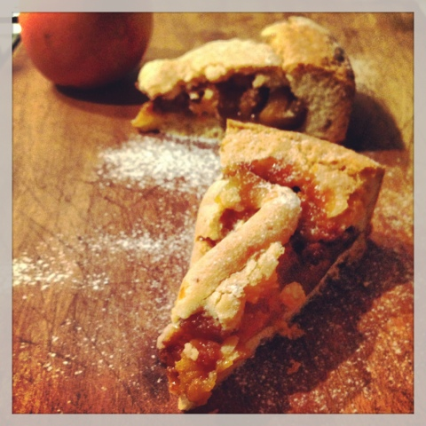 crostata rustica di pesche e amaretti @monsierutatin.blogspot.it