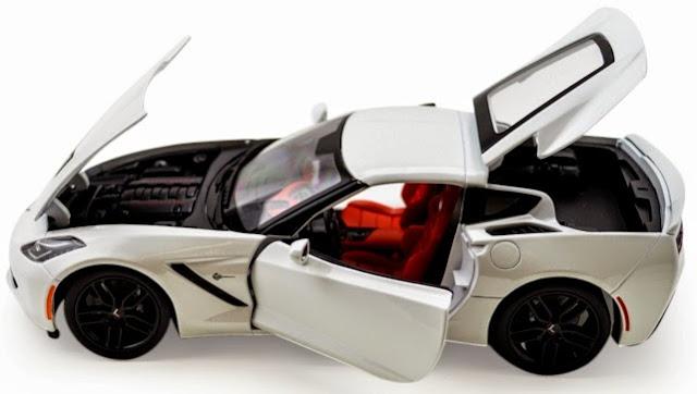 Xe Chevrolet Corvette Stingray Z51 2014 Maisto 31677 tỷ lệ 1/18 mở được cánh cửa và nắp capo
