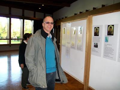 Επισκέπτης που δείχνει ενδιαφέρον για το Μπετ Μύριαμ, πρόγραμμα σίτισης απόρων