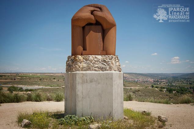 Monumento del escultor Martín Chirino a las Brigadas Internaciones. Detrás se observa el valle del Tajuña y la amplia meseta que las tropas rebeldes no consiguieron alcanzar.