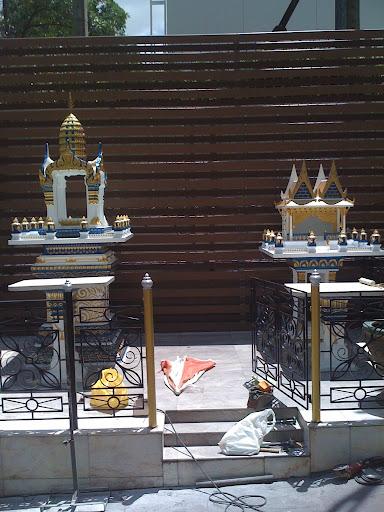 ศาลหลังจากที่บูรณะแล้ว ห้างเพนนินซูล่า ราชดำริ (ศาลพระพรหม + ศาลเจ้าที่)