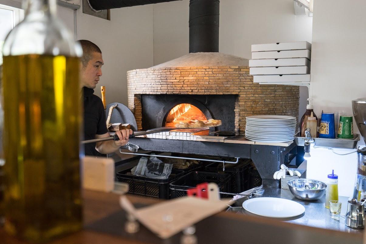カウンター越しに見えるピザ窯