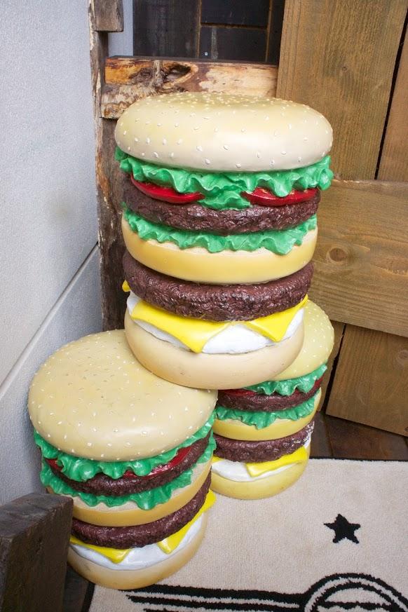 玄関で出迎えるビッグハンバーガー