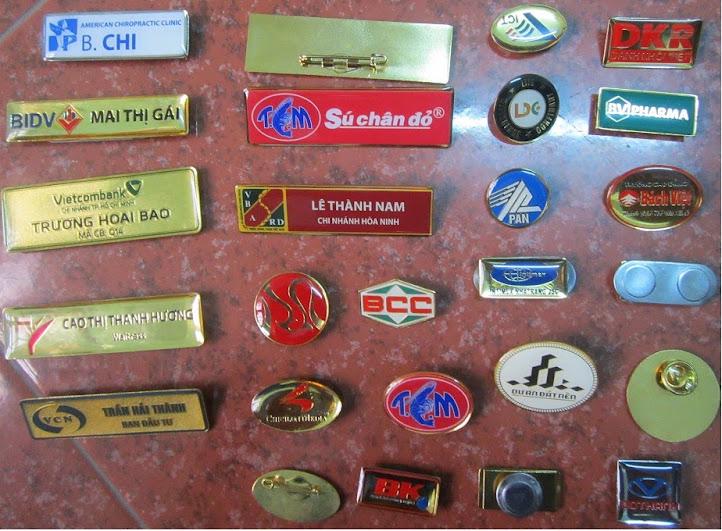 Công ty làm bảng tên cài áo, bảng tên đồng mạ vàng, bảng tên thay tên, huy hiệu ăn mòn, huy hiệu mica, mark đồng, mark inox - www.TAICHINH2A.COM