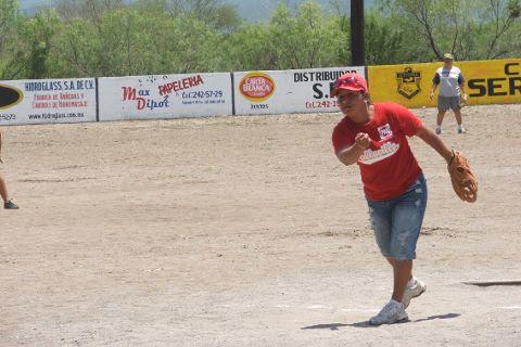 Blanca Santana de Pioneras de Vallecilo en el softbol femenil del Club Sertoma