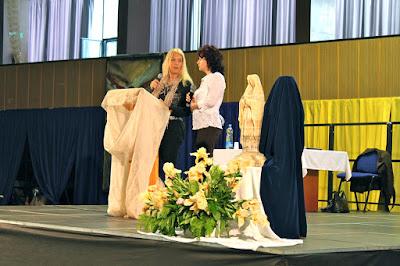 Η Βασούλα απευθύνεται στην  Iveta καθώς εκείνη μεταφράζει στα Σλοβακικά