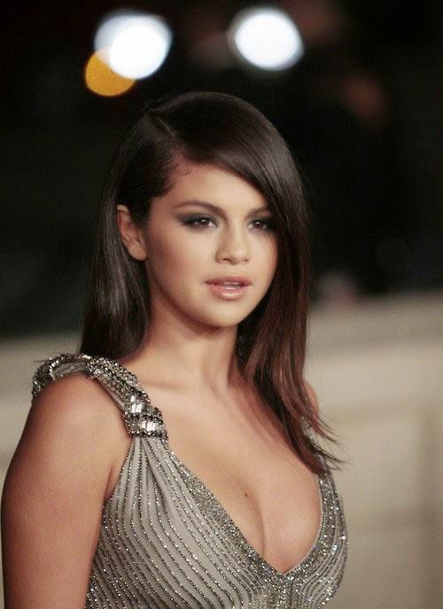 Selena Gomez trễ nải gợi cảm tới thảm đỏ