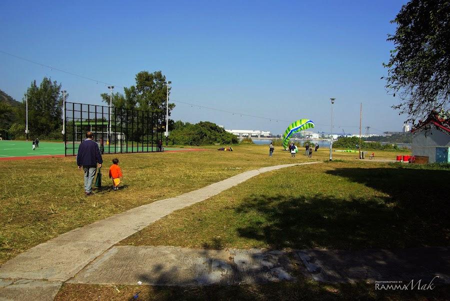 有遊人爭論滑翔傘是降落還是起飛