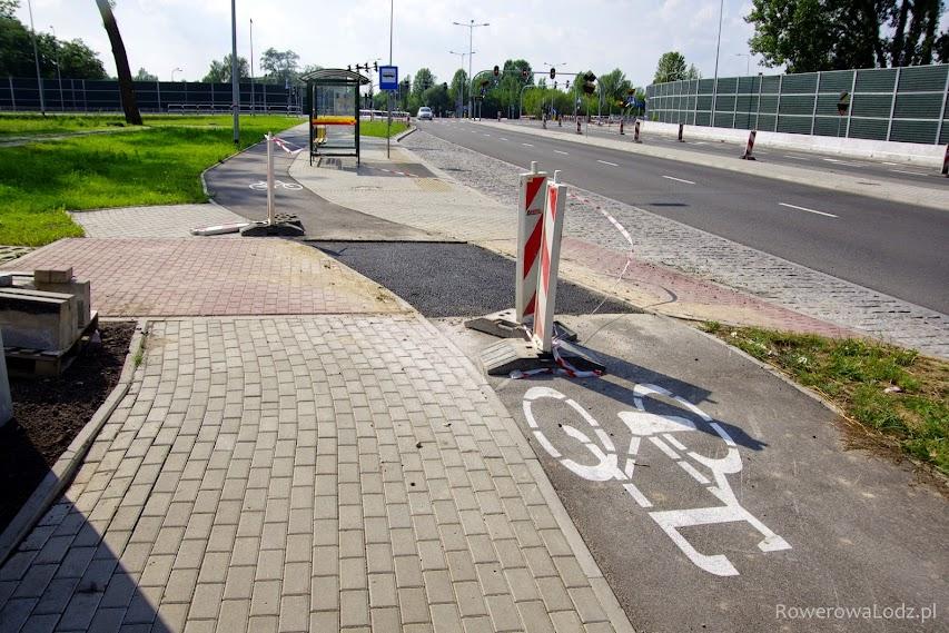Była czerwona kostka, będzie asfalt na przejeździe rowerowym.