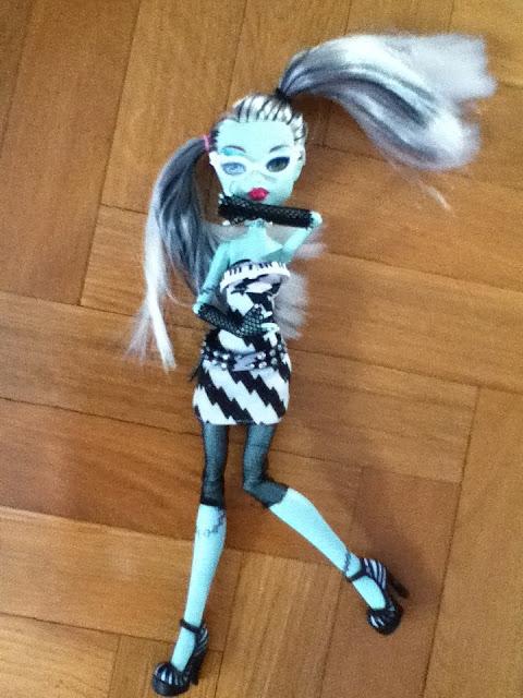 Foto de SANDRAHIGH: Frankie Stein Dawn of the Dance con su vestido y accesorios de Ghoulia (básica)