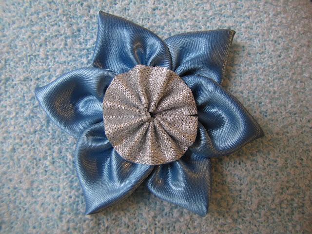 Brose handmade floricica 1 Martie bleu