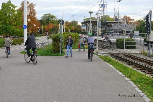 Rowerzyście nie muszą zsiadać z rowerów przejeżdżając przez tory.
