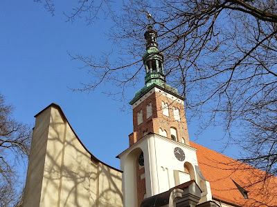 Na zdjęciu widoczna jest wieża klasztoru w Opactwie Ojców Benedyktynów w Lubiniu
