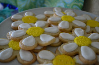 These sugar cookies decorated to look like daises are adorable.