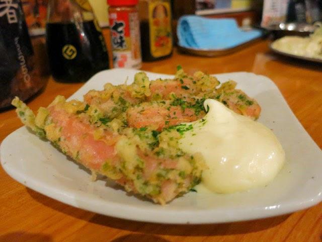 マヨネーズがたっぷり添えられた魚肉ソーセージ磯辺揚げ