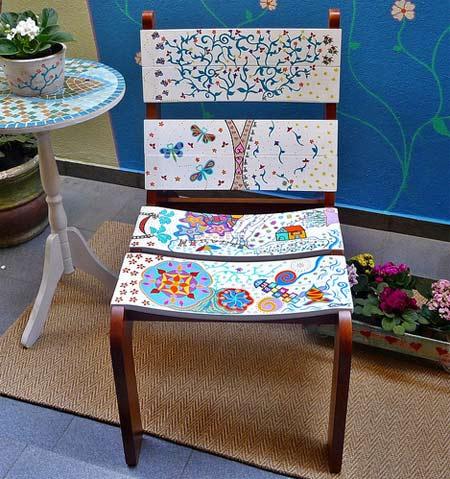 Cadeira de madeira customizada com pintura de desenhos