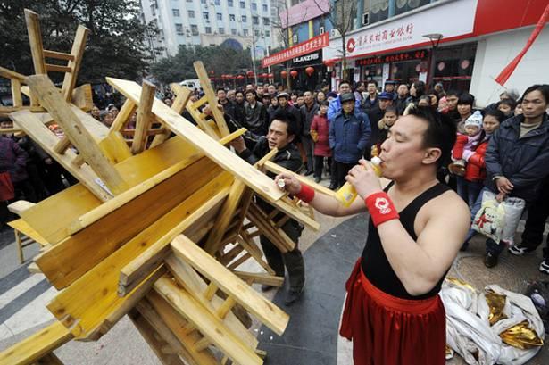 Pria China Nekad Angkat 23 Kursi Dengan Giginya
