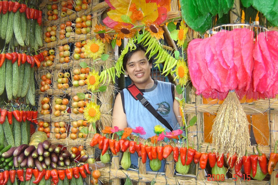 PauTravels in one of Lucban's houses adorned by farm produce for the Pahiyas Festival 2008