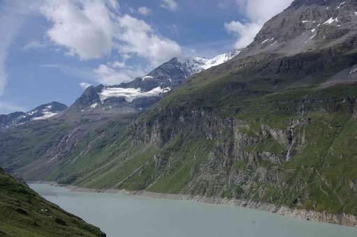 Le lac de Mauvoisin et (au fond à droite) la tour de Boussine (contrefort du Grand Combin)