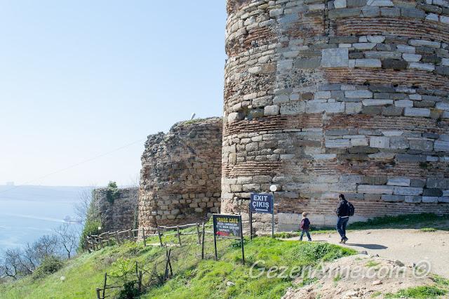 Yoros Kalesi surları arasında dolaşırken, Anadolu Kavağı