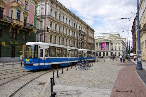 Czy ktoś ma wątpliwość dla kogo jest ta ulica? Piesi mają swoją wygrodzoną przestrzeń, jest miejsce na komunikację zbiorową.