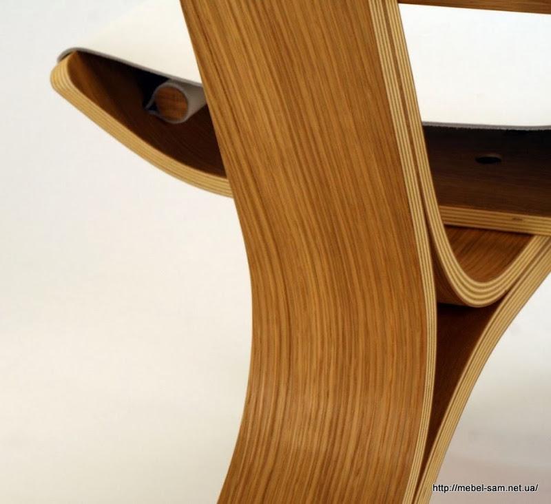 Видна деревянная палочка фиксирующая натяжное сиденье