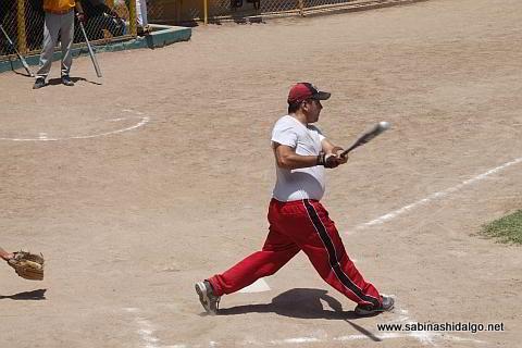 Héctor Mario García bateando por Amigos en el softbol dominical