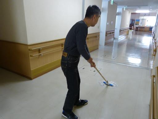 清掃の手伝いをする、信治さんです